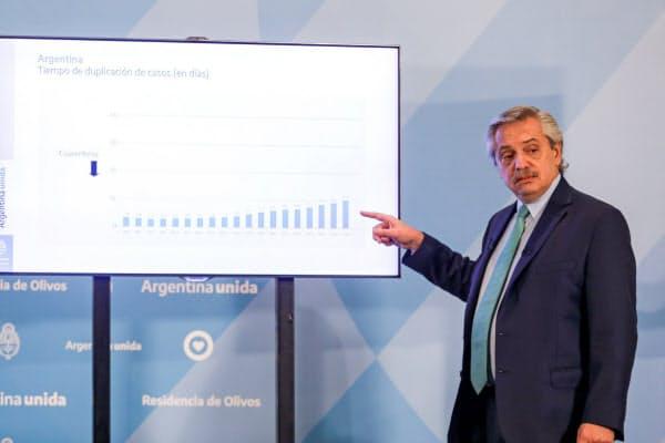 アルゼンチンのアルベルト・フェルナンデス大統領(4月、ブエノスアイレス)=ロイター