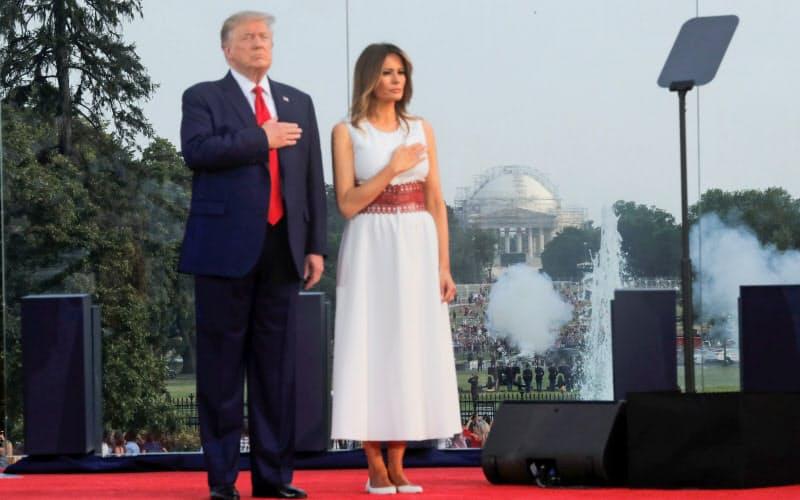4日夜にはホワイトハウスの庭で独立記念日の式典を開催したが、参加者はほとんどマスクを着用していなかったようだ=ロイター