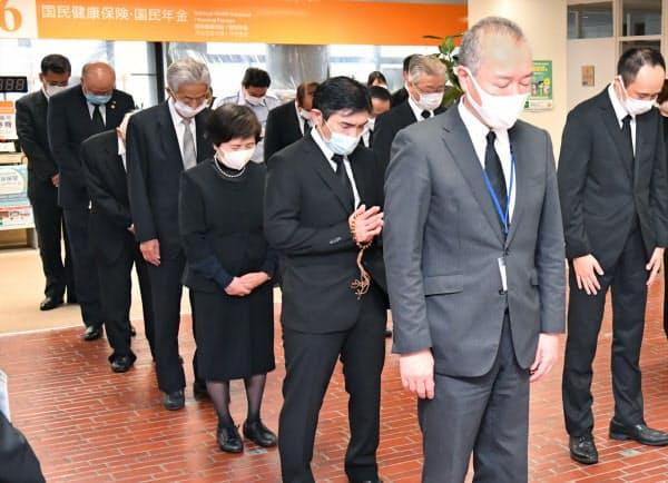 犠牲者の冥福を祈り追悼式で黙とうする遺族ら(6日午前、広島市安佐北区)