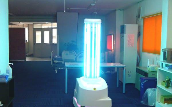 作業中の自律走行型UV殺菌ロボット(青森県八戸市のトム・メディック展示場)