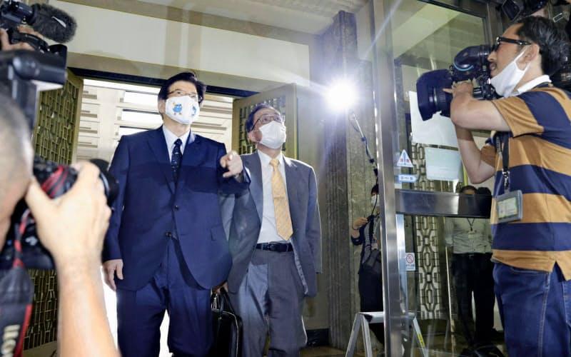 リニア中央新幹線建設について会談するため静岡県庁に到着し、川勝平太知事(左)と会場に向かうJR東海の金子慎社長(6月26日午後)=共同