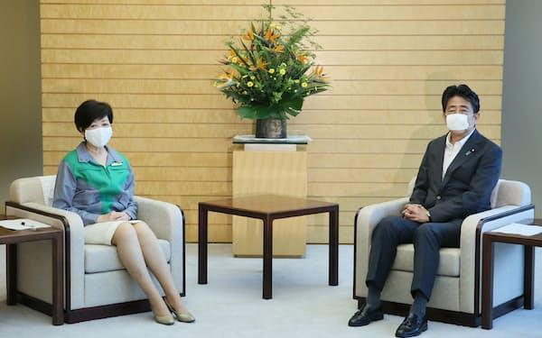 安倍首相と会談する小池都知事(6日午前、首相官邸)