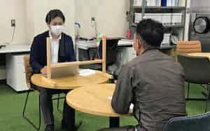 岡田弘毅さん(左)は6月に80件の相談を受けた(氷見市のHimi-Biz)