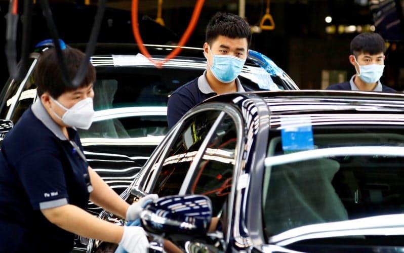 中国は欧米に先駆けて経済活動を再開した(5月、北京の自動車工場)=ロイター