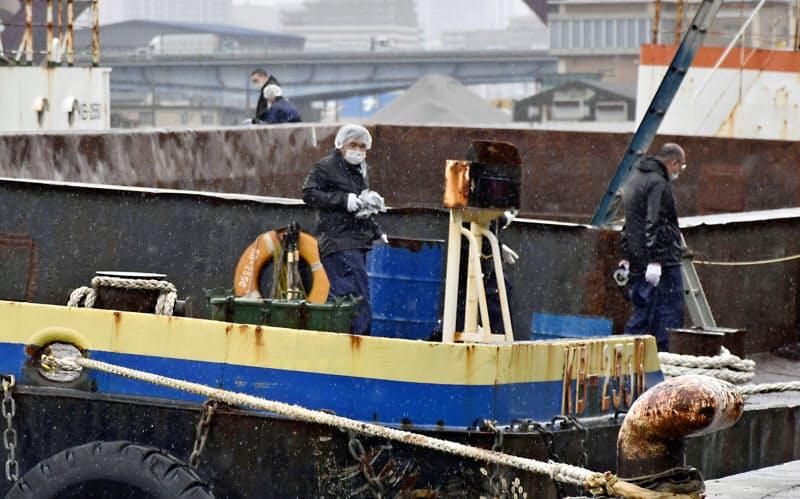 船を調べる大阪府警の捜査員ら(6日、大阪市港区)=共同