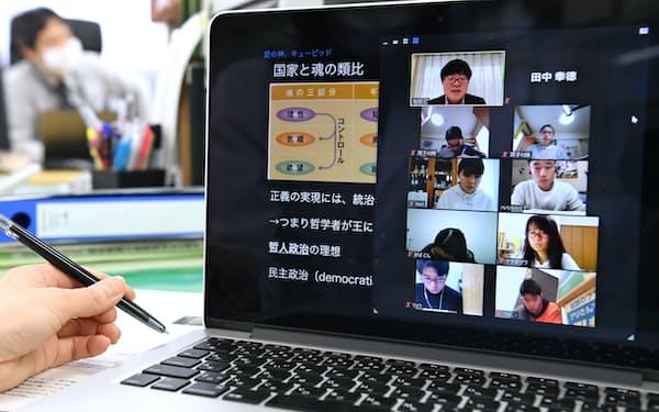 都立白鴎高校による遠隔会議システム「Zoom」を使った授業(4月16日、東京都台東区)