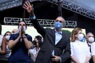 支持者の声援に応えるアビナデル氏(5日、サンティアゴ)=ロイター