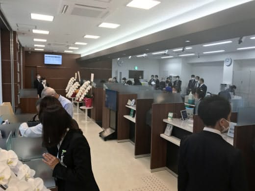 関西みらい銀行は統廃合や営業時間の変更など店舗改革を急いでいる(大阪市の放出支店)