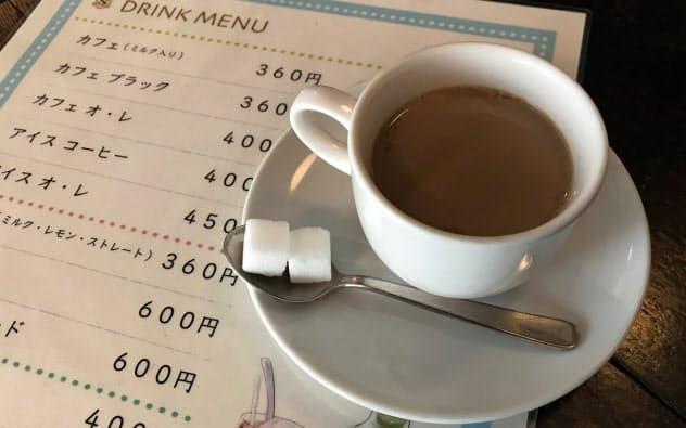 進々堂京大北門前は、あらかじめフレッシュミルクを入れたコーヒーを提供する
