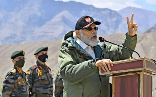 インドのモディ首相は中印両軍の衝突で死者を出した国境係争地域のラダック地方を電撃訪問し、兵士らを前にスピーチした=インド政府報道局提供・AP