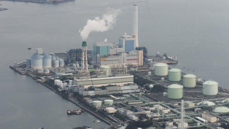 容量市場は将来の電力供給力を確保する(天然ガス火力発電所=手前、と石炭火力発電所、横浜市磯子区)