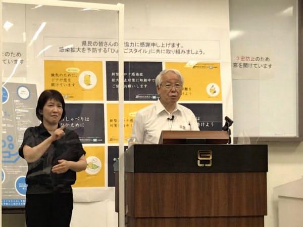 記者会見する兵庫県の井戸知事(6日、神戸市)