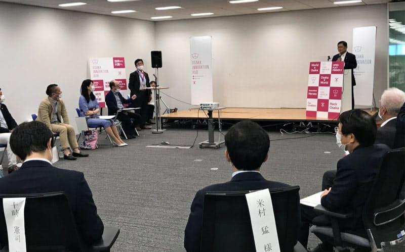 内閣府の竹本担当相は大阪のスタートアップ支援機関を視察した(6日、大阪市)