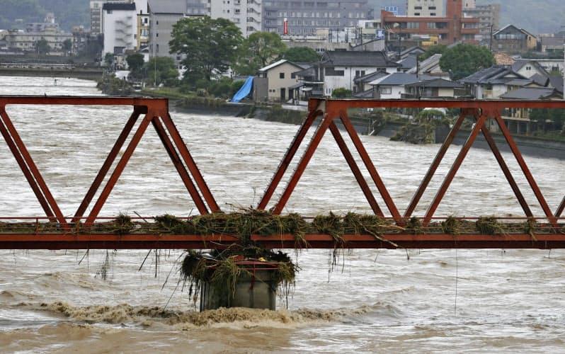 球磨川は豪雨で氾濫した(6日、熊本県人吉市)=共同