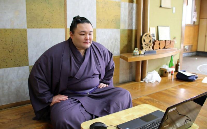 オンライン記者会見に臨む朝乃山