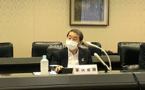 記者会見に臨む家次会頭(6日、神戸市)