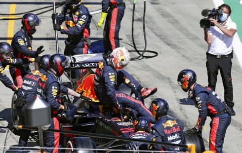 自動車F1オーストリアGPでリタイアしたレッドブル・ホンダのマックス・フェルスタッペン(シュピールベルク)=ゲッティ共同