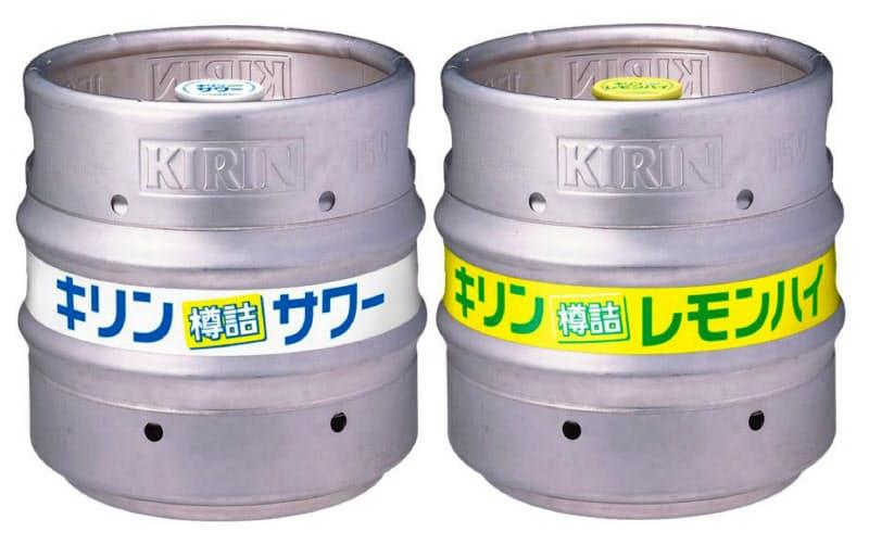 岡山工場で製造を始めた「樽詰サワー」(左)と「樽詰レモンハイ」
