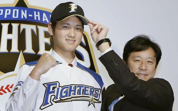 2012年12月、日本ハムの入団会見での栗山監督(右)と大谷=共同
