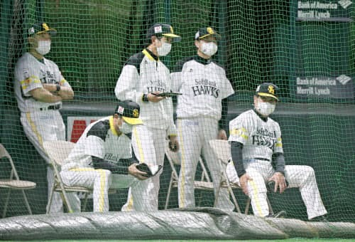 プロ野球のソフトバンクは厳格な感染予防策を採った(5月、マスク姿の工藤監督(右)ら首脳陣)