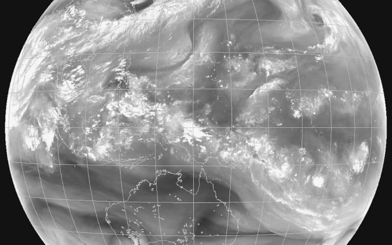気象衛星の水蒸気画像。白い帯が中国大陸南部から日本に向かうのが見える(2020年7月6日午後5時。気象庁提供)