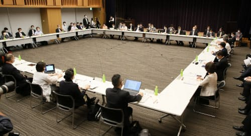 新設された新型コロナウイルス感染症対策分科会の初会合(6日、東京・永田町)