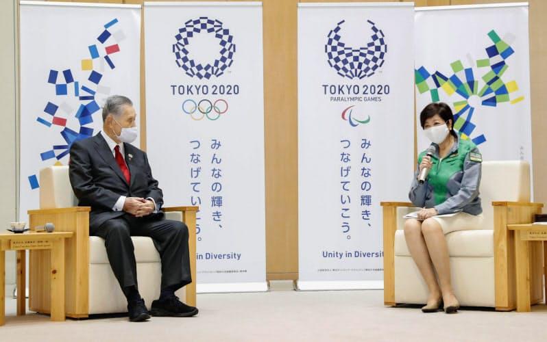 組織委の森会長(左)と会談する小池都知事=共同