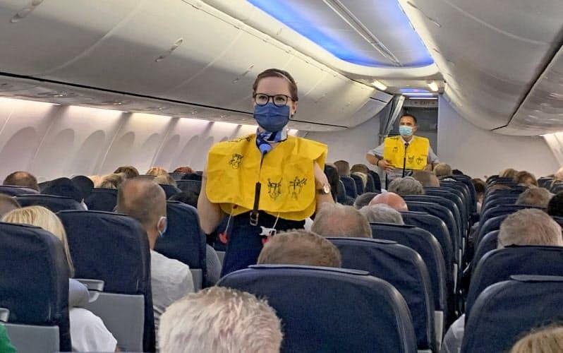 マスクをするTUIフライの客室乗務員=ロイター
