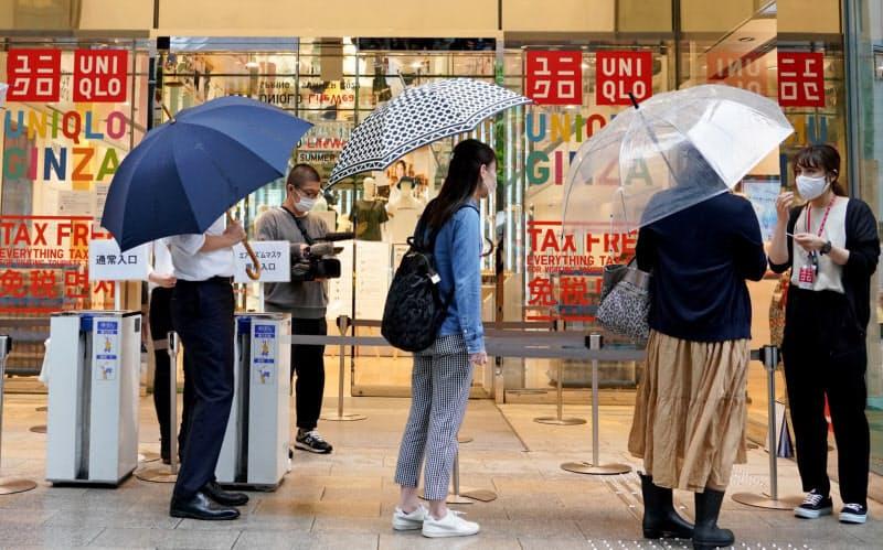 ユニクロの店舗に並ぶ人たち(6月19日、東京・銀座)