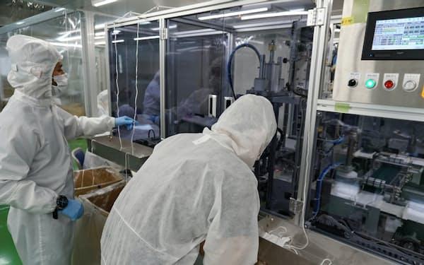 マスク製造機は1機あたり数千万~1億円ほどするという(兵庫県尼崎市のショウワの工場)