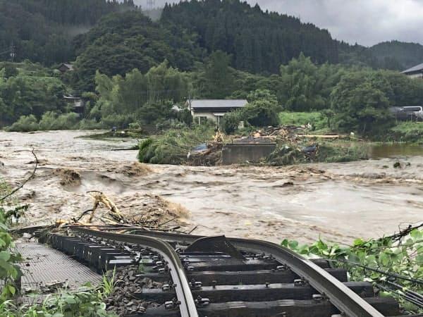 大分県九重町の野上川で豪雨により流失したJR久大線の鉄橋(7日午前)=住民提供・共同