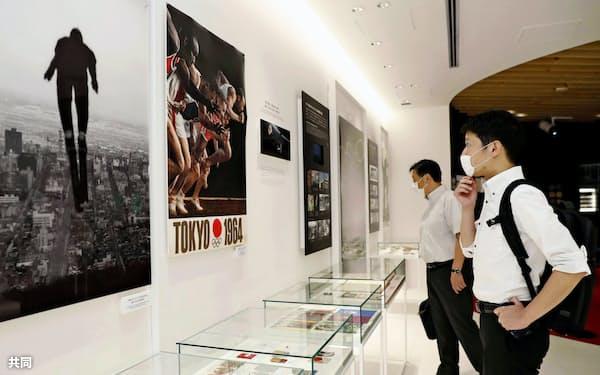 約4カ月ぶりに再開した「日本オリンピックミュージアム」で、展示を見る来館者=共同