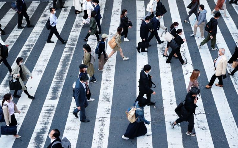 雇用情勢の先行きは不透明感が増している(マスク姿で職場に向かう人たち)