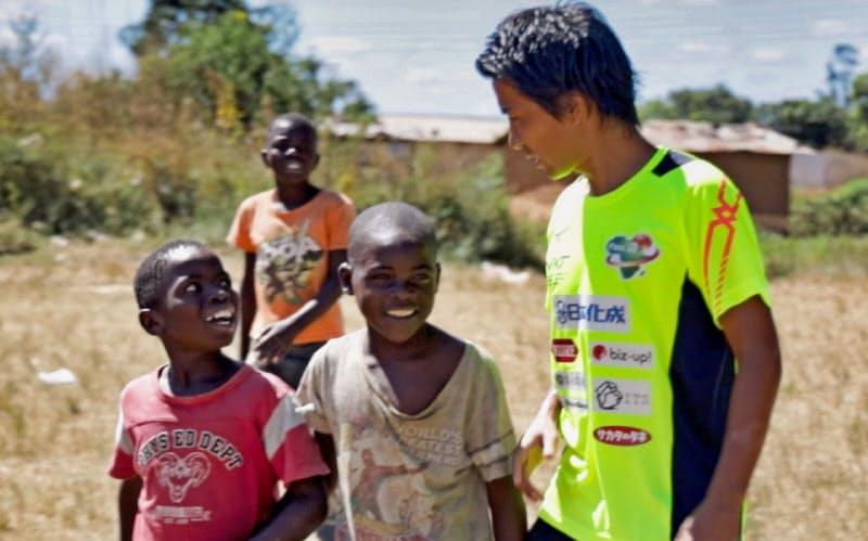 ザンビアの子供たちとの交流。妊婦らに衛生的な環境を提供するシェルター建設を進める