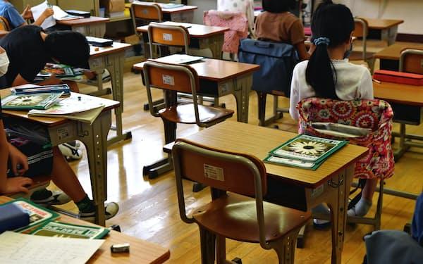 学校現場は休校や分散登校で失った授業時間を取り戻すのに懸命だ(6月1日、東京都内の小学校)