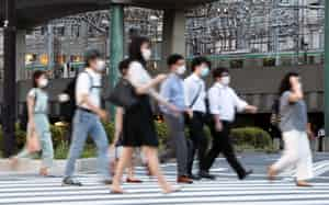 マスク姿で帰宅する人たち(7月2日、東京都千代田区)