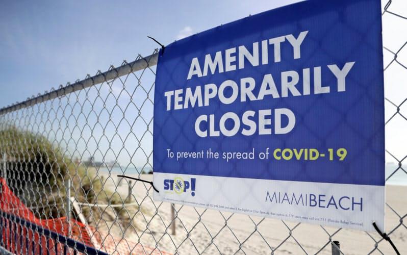 新型コロナ対策で閉鎖されたビーチの入り口(3日、米フロリダ州)=AP