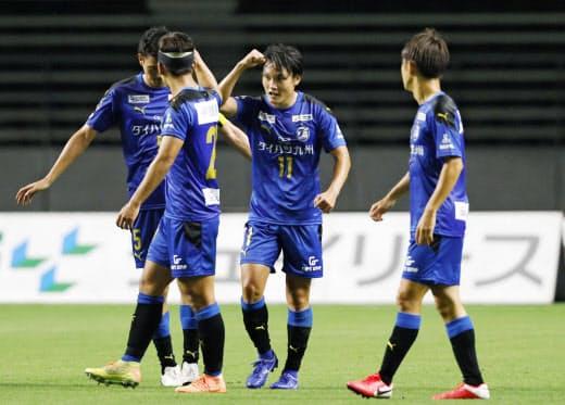 大分・田中(右から2人目)は後半途中から出場。2点目のゴールを決め、肘タッチで喜ぶ=共同