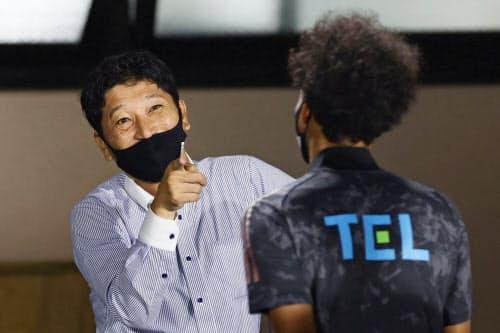 湘南に勝利し、決勝ゴールのジャーメイン(右)を笑顔で迎える仙台・木山監督=共同