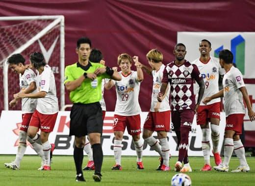 神戸戦の後半、ゴールを決め喜ぶ広島・浅野(中央)=共同
