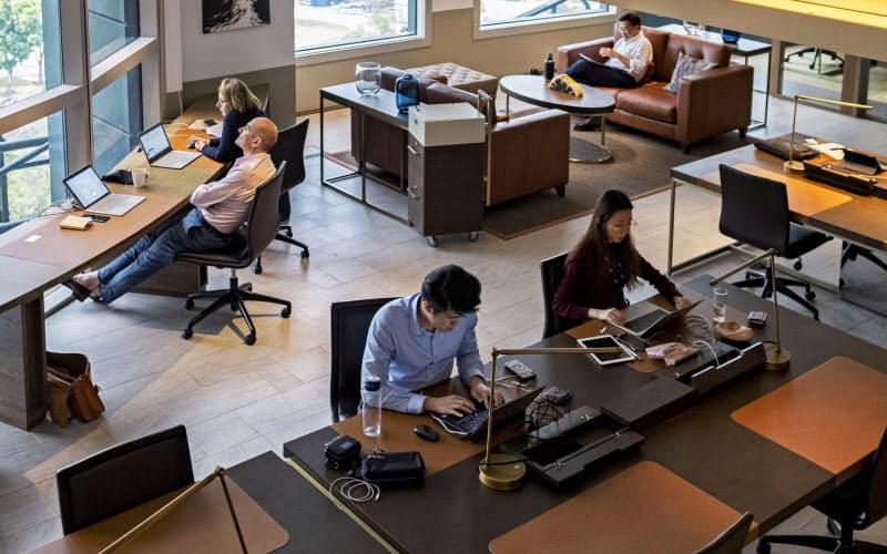 新型コロナの感染リスクが高い間は好きな席で働けるフリーアドレス制は採用しにくい=ロイター