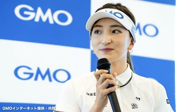 GMOインターネットと所属契約を結び、抱負を語った女子ゴルフの脇元華(7日、東京都内)=同社提供・共同