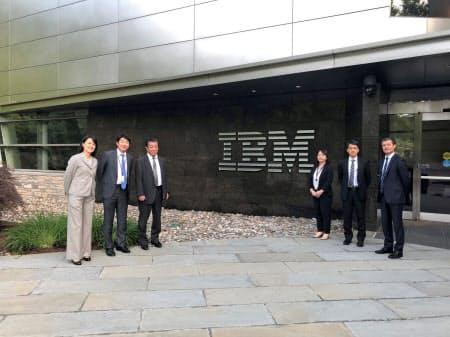 米IBMワトソン研究所(ニューヨーク州)で部下と(左から3番目が坪田氏)