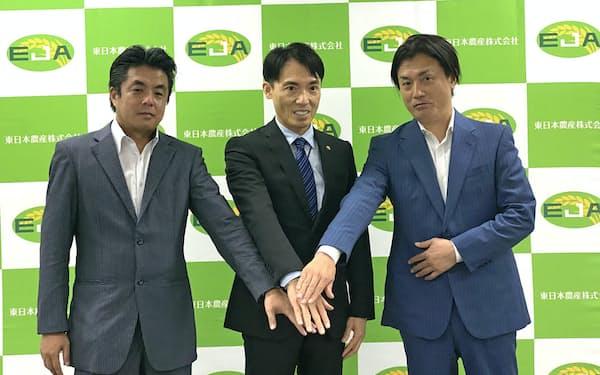 新会社設立を発表した神明HDの藤尾益雄社長(中)と高橋商事の高橋社長(左)ら(7日、神戸市)