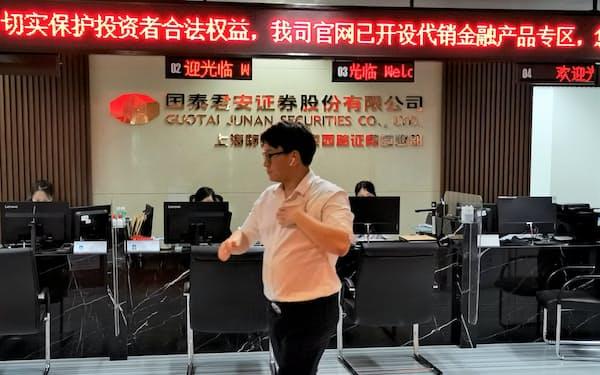 上海市場はにわかの株高に沸く(7日、上海市の証券会社の店頭)
