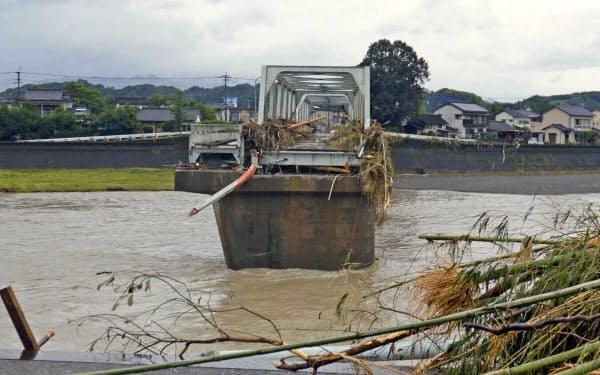 豪雨で寸断された球磨川に架かる橋(7日午前、熊本県人吉市)=共同