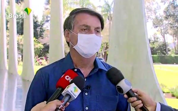 自らが新型コロナに感染したと報告するボルソナロ大統領(7日、ブラジリア)=ロイター