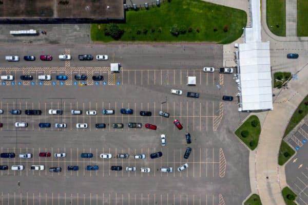 ドライブスルー方式の検査施設でも長い行列ができている(米テキサス州、7日)=ロイター
