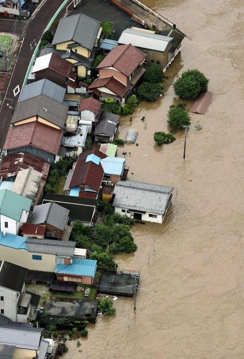浸水した飛騨川周辺の家屋(8日午前、岐阜県白川町)=共同