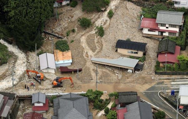 土砂が流れ込んだ岐阜県下呂市の住宅地(8日午前)=共同